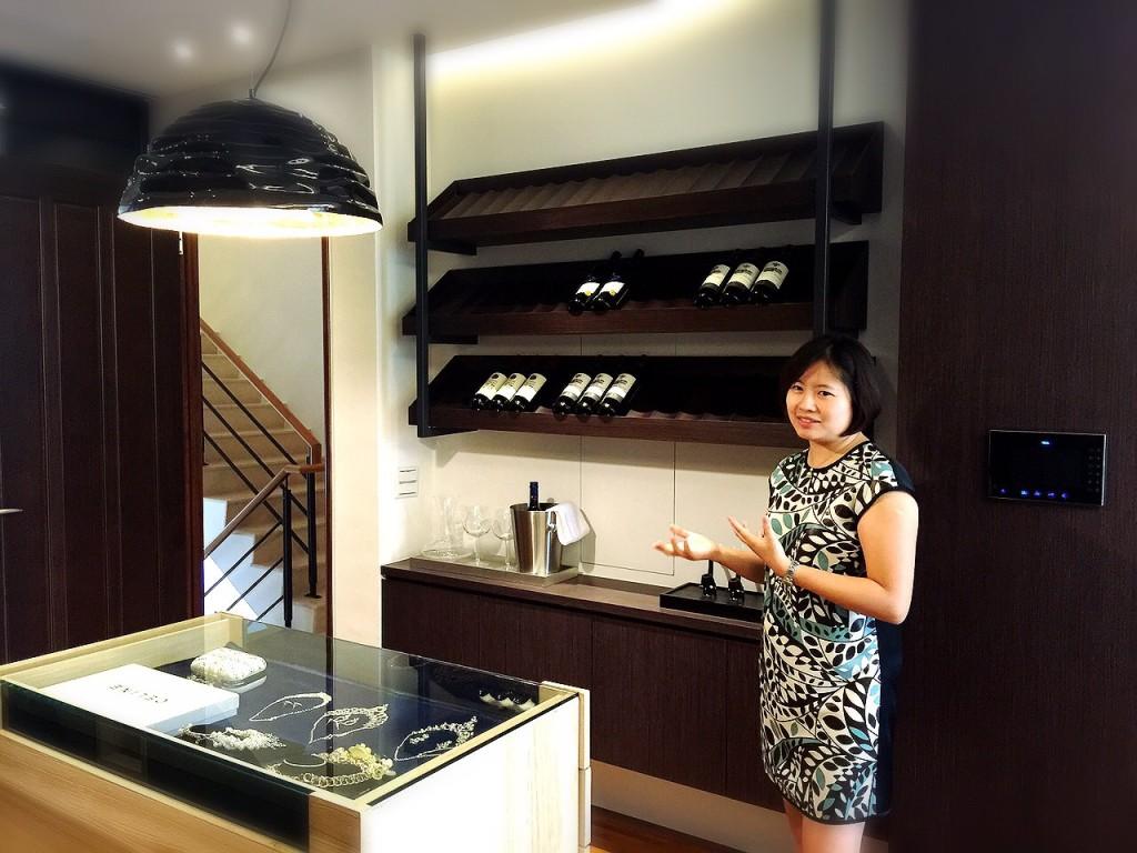 整層主臥室融入紅酒吧台設計,營造浪漫氛圍。